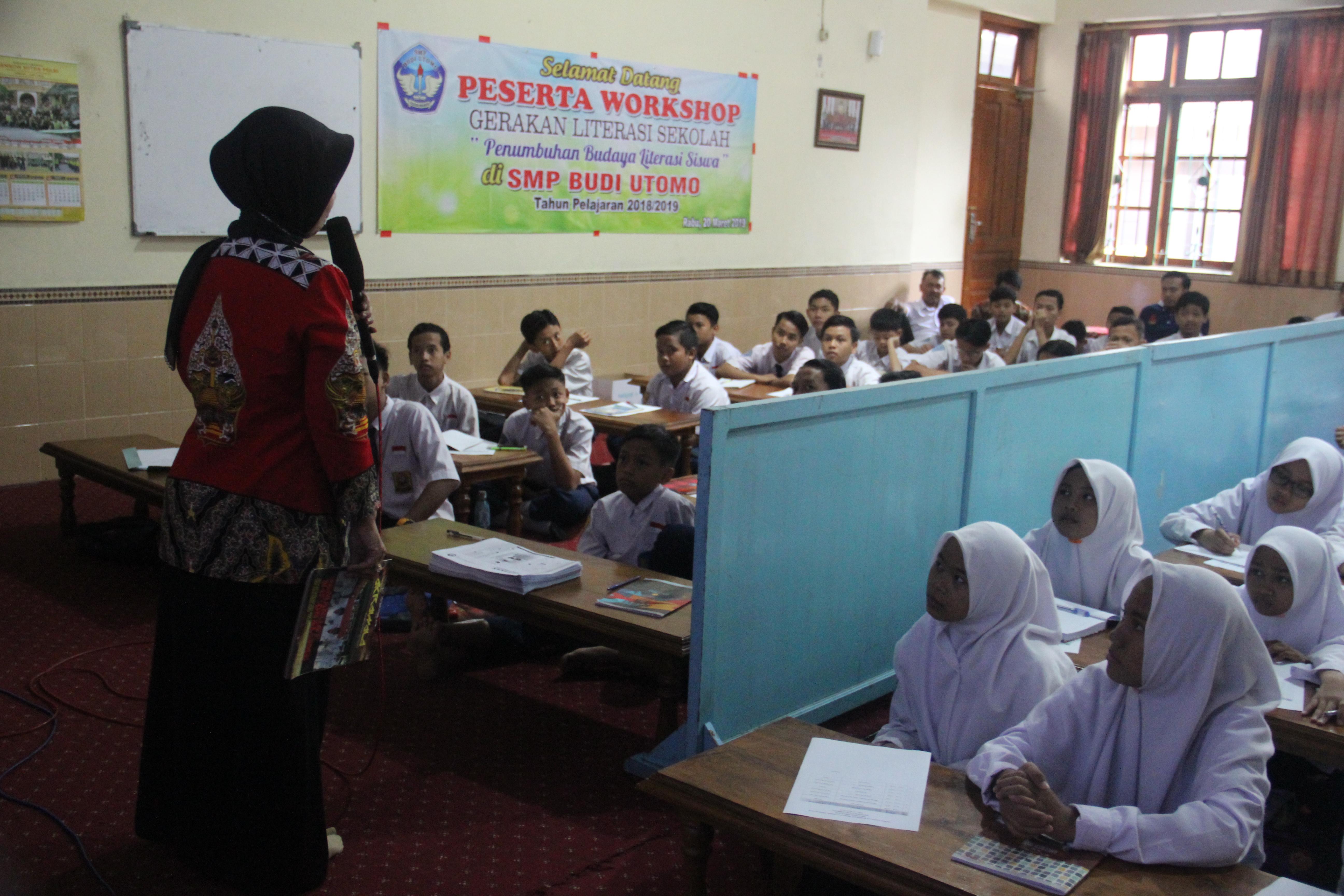 Workshop Gerakan Literasi Sekolah dan Jurnalistik Siswa SMP Budi Utomo Perak