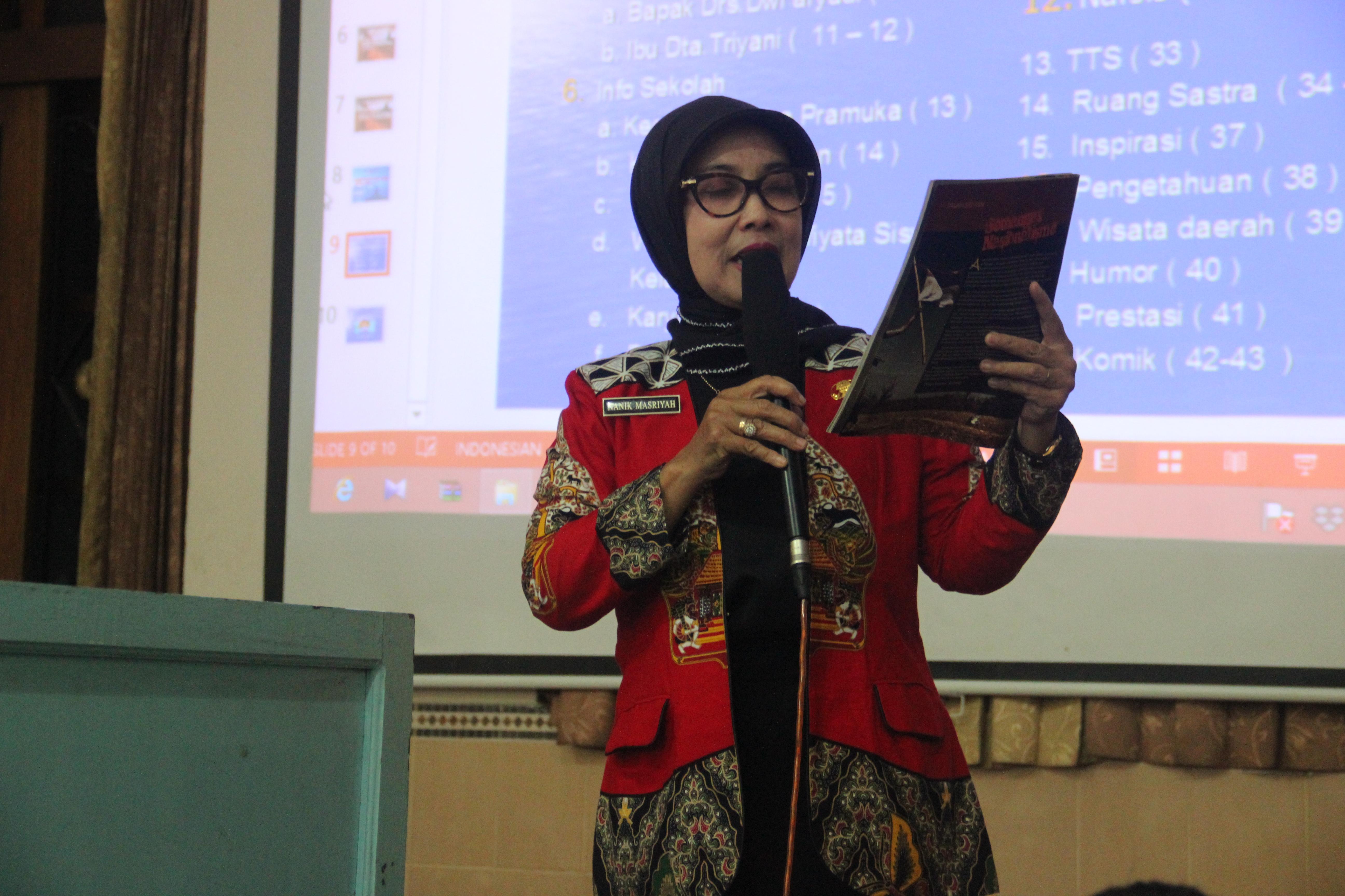 Workshop Gerakan Literasi Sekolah dan Jurnalistik Siswa SMP Budi Utomo Perak - Dra. Nanik Masriyah.